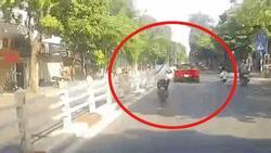 Clip: Em gái chạy xe đạp điện suýt phải đền 'núi tiền' vì mải ngắm... siêu xe