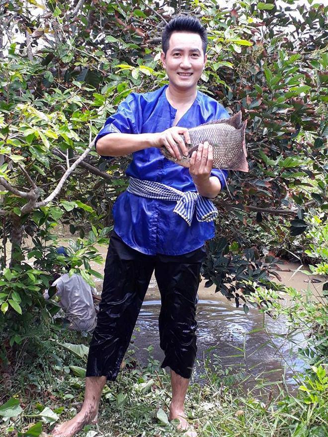 Hơn 40 tuổi chưa vợ con, trai đẹp Nguyễn Phi Hùng khiến chị em phải xấu hổ vì tài nấu ăn-2