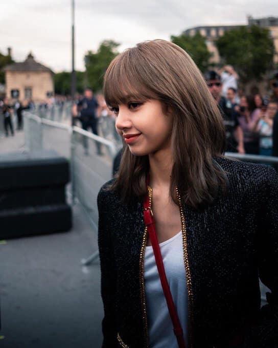Lisa (BlackPink) khiến fan thòng tim vì xinh muốn xỉu tại Paris Fashion Week-1