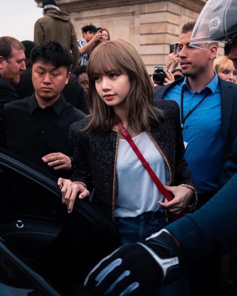 Lisa (BlackPink) khiến fan thòng tim vì xinh muốn xỉu tại Paris Fashion Week-2