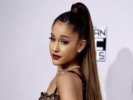 Clip: Ariana Grande mải mê hát, quăng micro xuống khán giả lúc nào không hay
