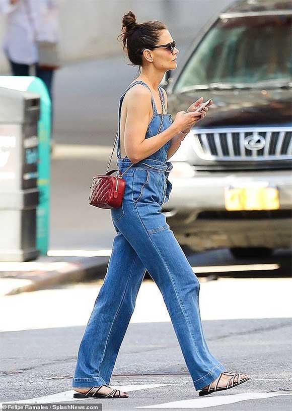 Giữa tin đồn chồng cũ Tom Cruise không phải bố Suri, Katie Holmes mặc quần yếm 'quên' áo-2