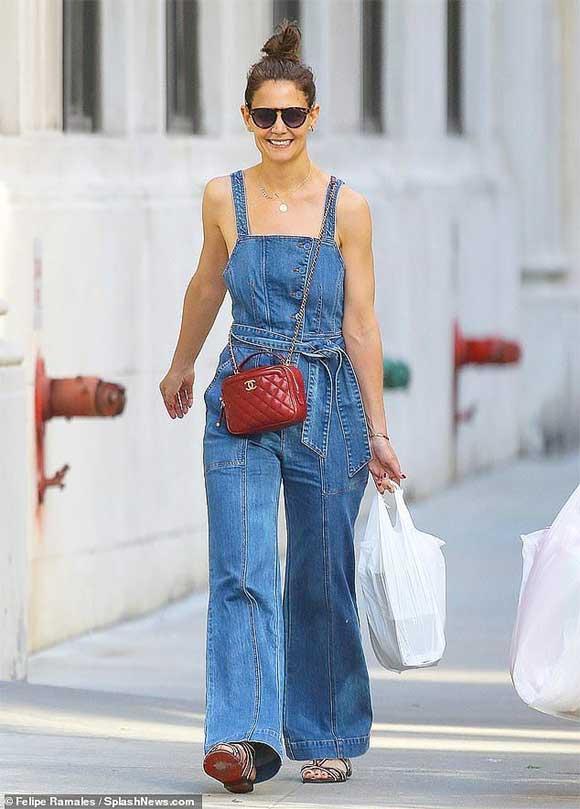 Giữa tin đồn chồng cũ Tom Cruise không phải bố Suri, Katie Holmes mặc quần yếm 'quên' áo-3