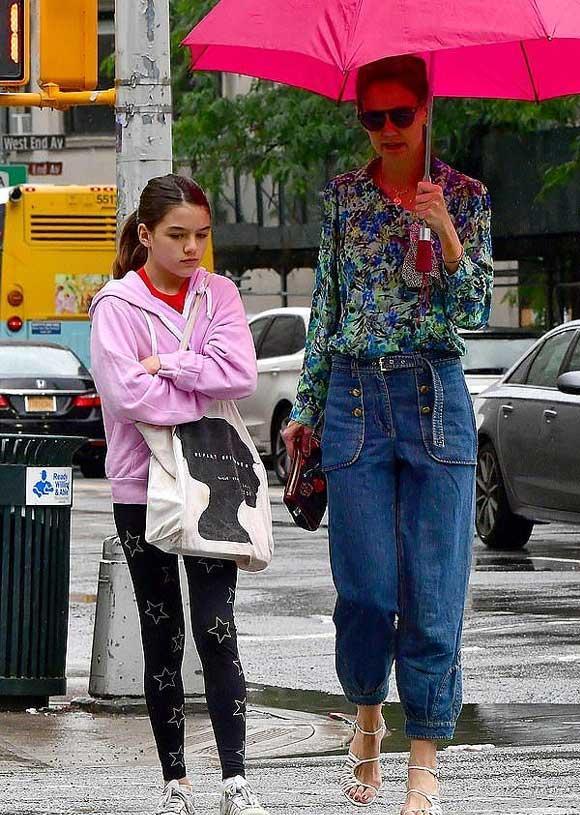 Giữa tin đồn chồng cũ Tom Cruise không phải bố Suri, Katie Holmes mặc quần yếm 'quên' áo-4