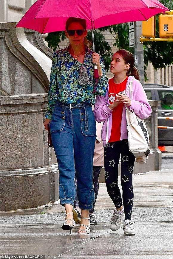 Giữa tin đồn chồng cũ Tom Cruise không phải bố Suri, Katie Holmes mặc quần yếm 'quên' áo-5