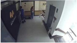 Clip: Mẹ mải xem điện thoại, con gái lao ra lan can tầng 4 và màn giải cứu thót tim