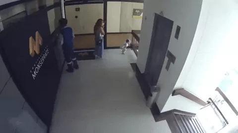 Clip: Mẹ mải xem điện thoại, con gái lao ra lan can tầng 4 và màn giải cứu thót tim-3