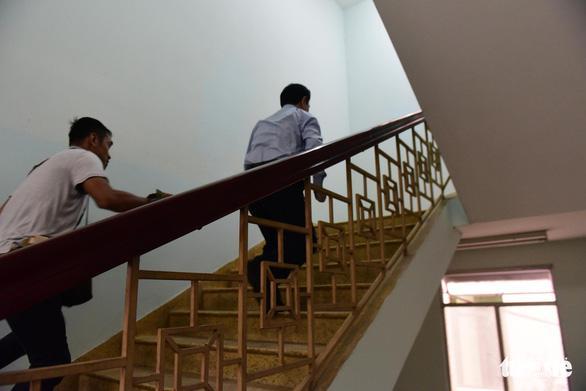 Clip: Ông Nguyễn Hữu Linh chạy trốn mọi người như... chạy giặc khi đến hầu tòa sáng nay-3