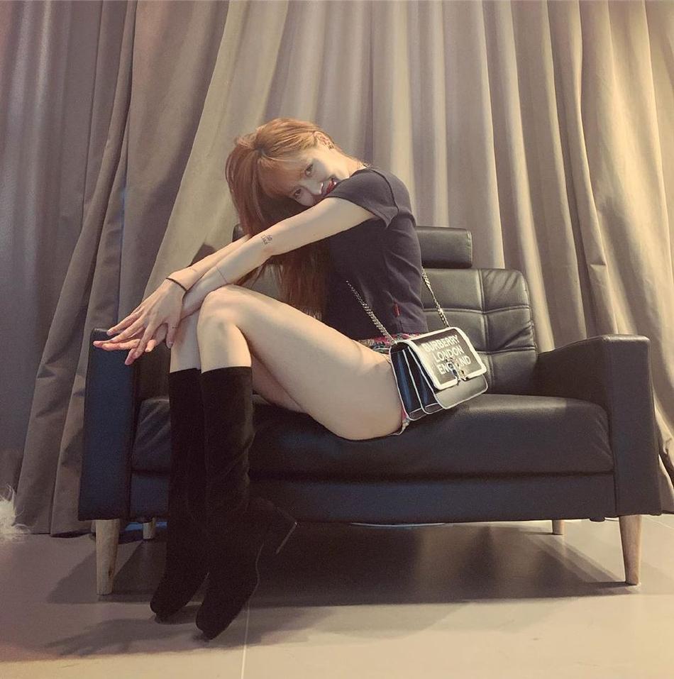 Diện quần short mặc như không rồi pose dáng không phải dạng vừa, HyunA khoe cặp đùi mật ong trứ danh-3