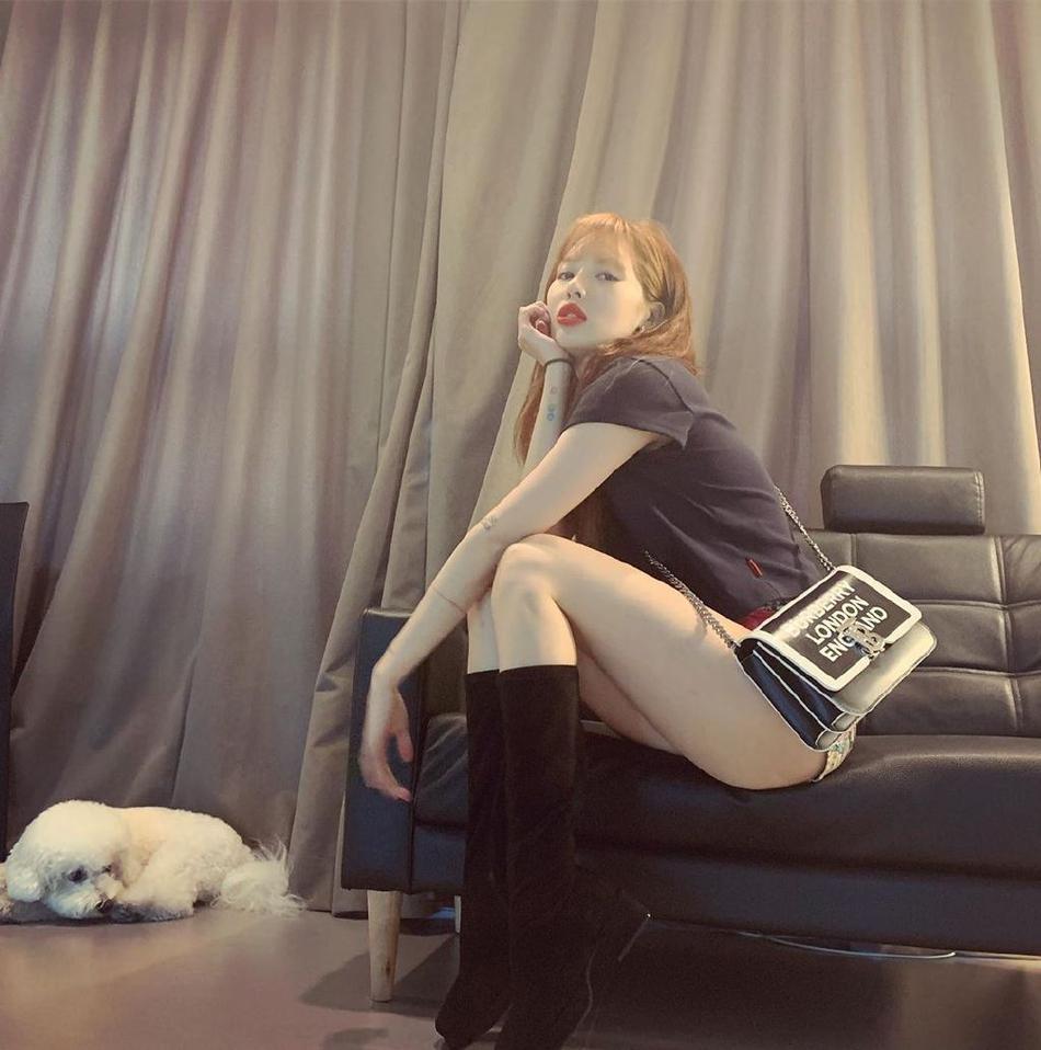 Diện quần short mặc như không rồi pose dáng không phải dạng vừa, HyunA khoe cặp đùi mật ong trứ danh-4