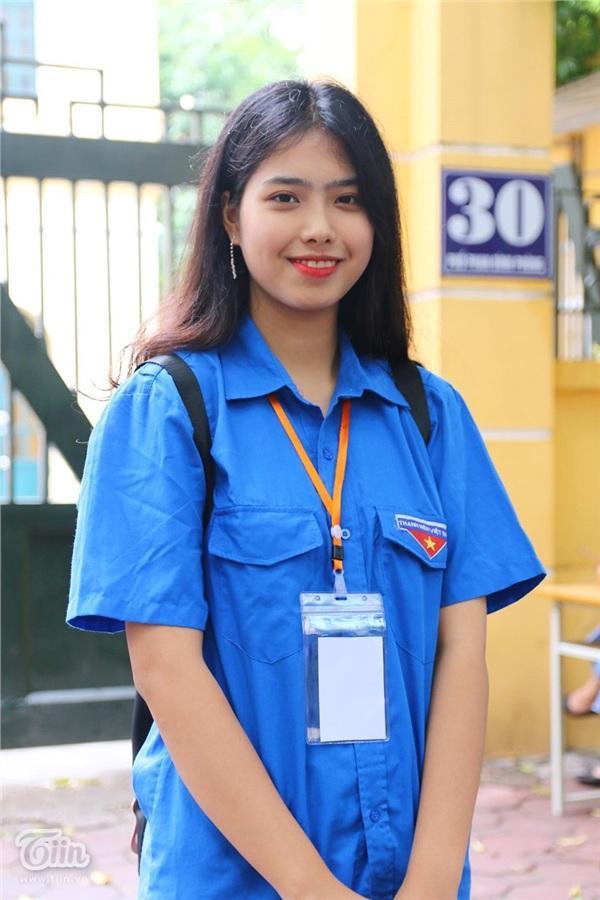 Nhan sắc xinh đẹp của nữ tình nguyện viên hết lòng vì sĩ tử và phụ huynh-1