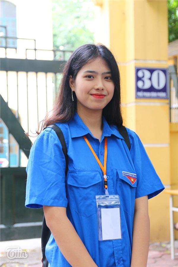 Nhan sắc xinh đẹp của nữ tình nguyện viên hết lòng vì sĩ tử và phụ huynh-4