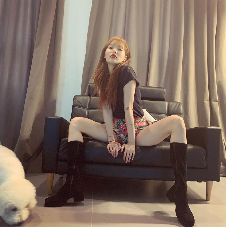 Diện quần short mặc như không rồi pose dáng không phải dạng vừa, HyunA khoe cặp đùi mật ong trứ danh-5