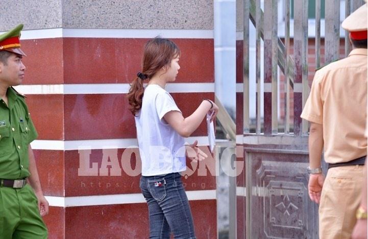 7h53 đến phòng thi, nữ sinh Hà Giang khóc nức nở vì bị cấm thi-2