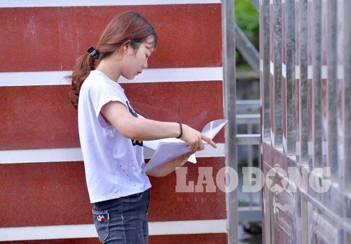 7h53 đến phòng thi, nữ sinh Hà Giang khóc nức nở vì bị cấm thi-3