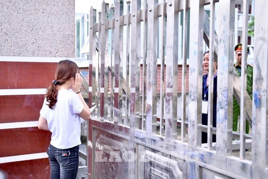 7h53 đến phòng thi, nữ sinh Hà Giang khóc nức nở vì bị cấm thi-4