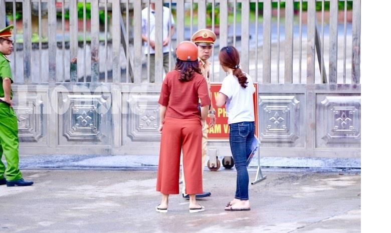 7h53 đến phòng thi, nữ sinh Hà Giang khóc nức nở vì bị cấm thi-5