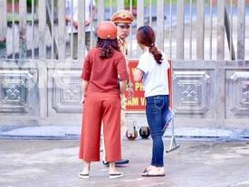 7h53 đến phòng thi, nữ sinh Hà Giang khóc nức nở vì bị cấm thi