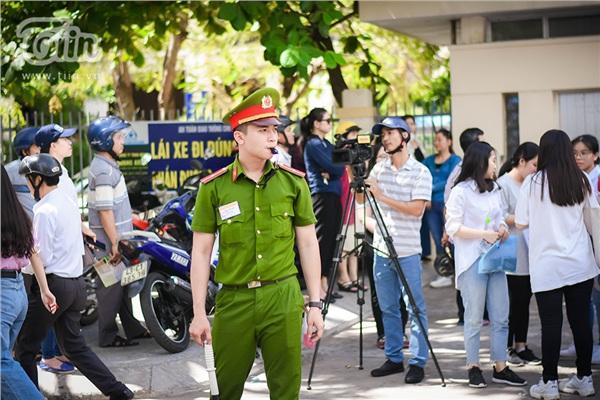 Chiến sĩ công an điển trai hỗ trợ kỳ thi THPT quốc gia, các sĩ tử làm sao tập trung được đây!-1
