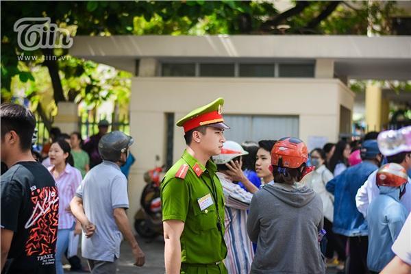 Chiến sĩ công an điển trai hỗ trợ kỳ thi THPT quốc gia, các sĩ tử làm sao tập trung được đây!-2
