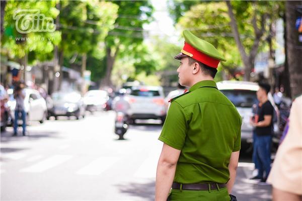 Chiến sĩ công an điển trai hỗ trợ kỳ thi THPT quốc gia, các sĩ tử làm sao tập trung được đây!-3