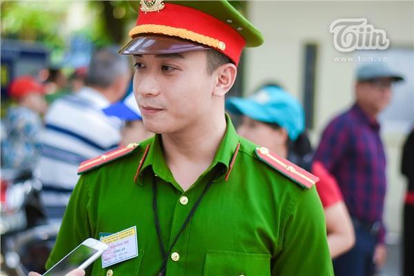 Chiến sĩ công an điển trai hỗ trợ kỳ thi THPT quốc gia, các sĩ tử làm sao tập trung được đây!-4