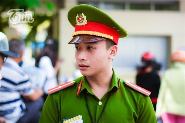 Chiến sĩ công an điển trai hỗ trợ kỳ thi THPT quốc gia, các sĩ tử làm sao tập trung được đây!-5