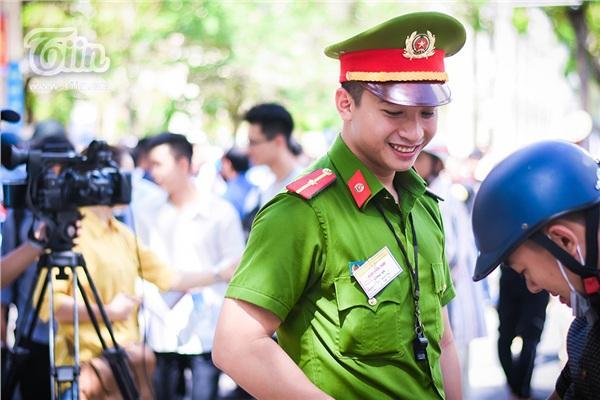 Chiến sĩ công an điển trai hỗ trợ kỳ thi THPT quốc gia, các sĩ tử làm sao tập trung được đây!-7