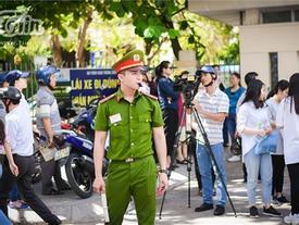 Chiến sĩ công an điển trai hỗ trợ kỳ thi THPT quốc gia, các sĩ tử làm sao tập trung được đây!
