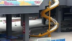 Cầu trượt xoắn ốc cao 10 m ở ga tàu Trung Quốc