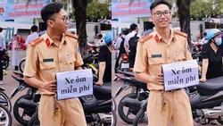 Chiến sĩ cảnh sát giao thông với tấm biển 'Xe ôm miễn phí' gây bão kỳ thi THPT quốc gia