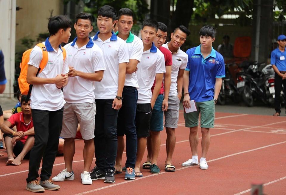 Lộ loạt ảnh dàn cầu thủ tuyển Việt Nam mài đũng quần ngồi làm bài thi, nhiều muối nhất vẫn là Công Phượng-2