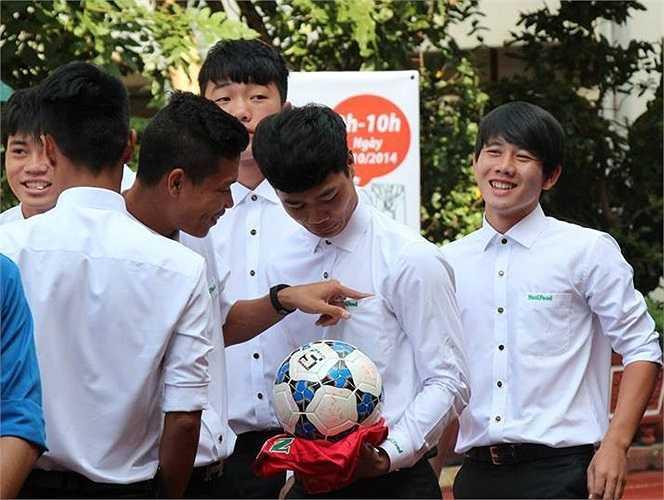 Lộ loạt ảnh dàn cầu thủ tuyển Việt Nam mài đũng quần ngồi làm bài thi, nhiều muối nhất vẫn là Công Phượng-11