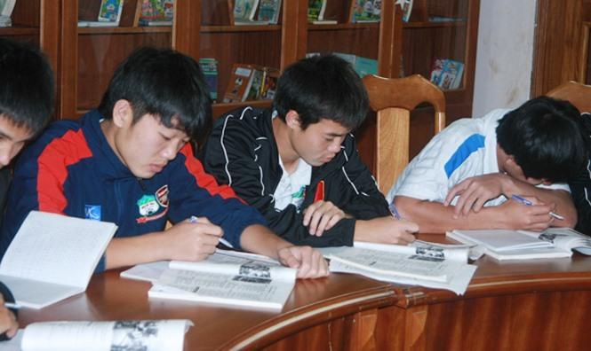 Lộ loạt ảnh dàn cầu thủ tuyển Việt Nam mài đũng quần ngồi làm bài thi, nhiều muối nhất vẫn là Công Phượng-7