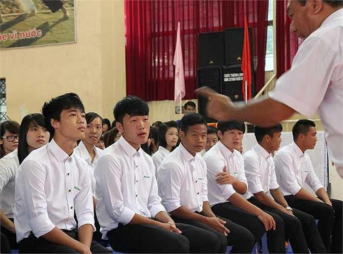 Lộ loạt ảnh dàn cầu thủ tuyển Việt Nam mài đũng quần ngồi làm bài thi, nhiều muối nhất vẫn là Công Phượng-13