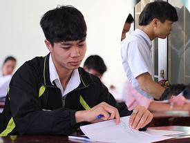 Lộ loạt ảnh dàn cầu thủ tuyển Việt Nam 'mài đũng quần' ngồi làm bài thi, nhiều muối nhất vẫn là Công Phượng