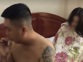 Vợ bắt quả tang chồng đang trên giường với bồ nhí, không cả buồn đánh ghen, vợ chỉ hỏi 1 câu: 'Bây giờ chồng tính thế nào?' khiến chồng kinh ngạc