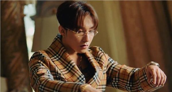 Vừa tung teaser Hãy trao cho anh, Sơn Tùng đụng hàng đồ hiệu với gà cưng YG-1