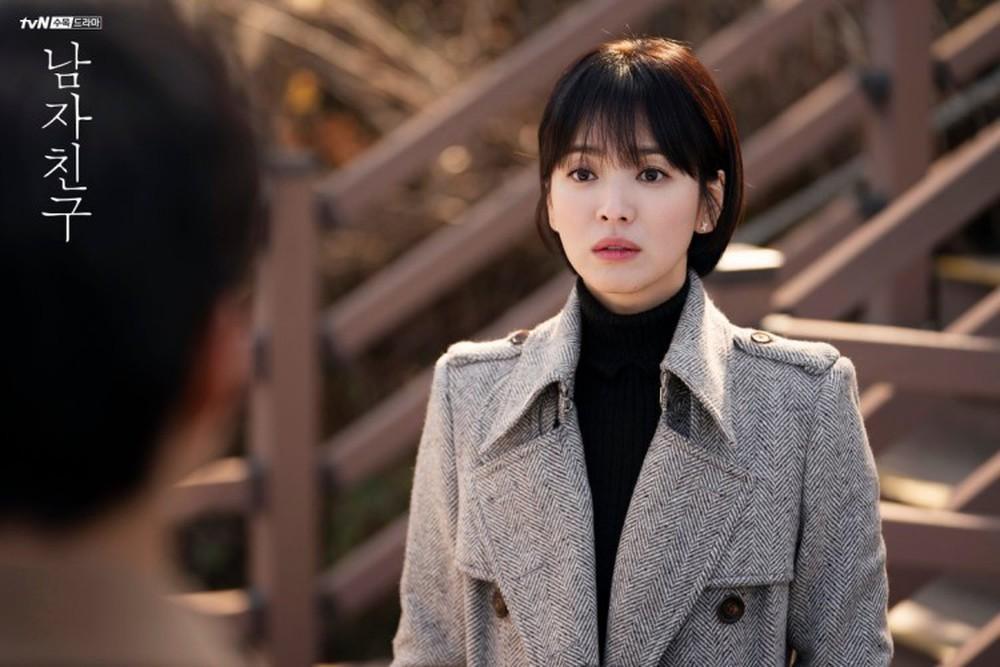 Song Hye Kyo để kiểu tóc nào là tạo trend kiểu tóc nấy, quan trọng nhất là cô ấy luôn đẹp dù có thay đổi như thế nào-11