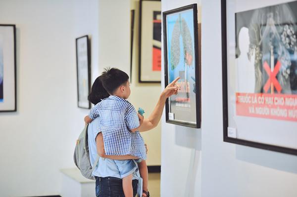 Triển lãm trưng bày 100 tranh cổ động 'Cuộc sống không khói thuốc'-3