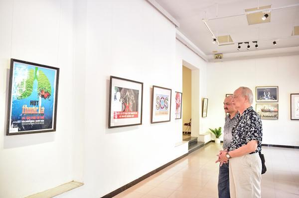 Triển lãm trưng bày 100 tranh cổ động 'Cuộc sống không khói thuốc'-5