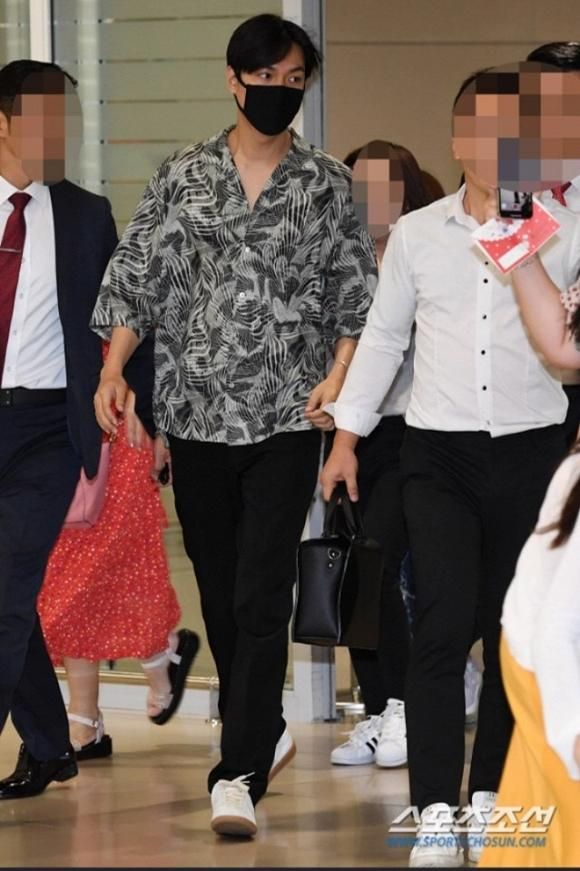 Lee Min Ho mặc đồ như đi du lịch biển nhưng mọi sự chú ý lại dồn vào chiếc nhẫn đeo ở ngón áp út-1