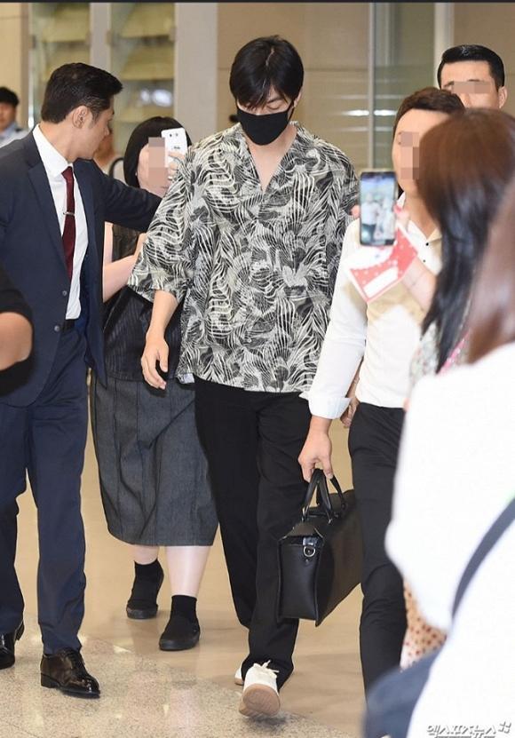 Lee Min Ho mặc đồ như đi du lịch biển nhưng mọi sự chú ý lại dồn vào chiếc nhẫn đeo ở ngón áp út-2
