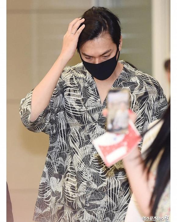 Lee Min Ho mặc đồ như đi du lịch biển nhưng mọi sự chú ý lại dồn vào chiếc nhẫn đeo ở ngón áp út-4