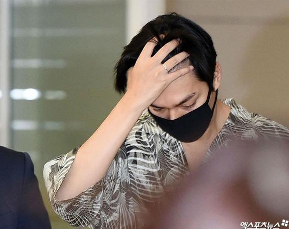 Lee Min Ho mặc đồ như đi du lịch biển nhưng mọi sự chú ý lại dồn vào chiếc nhẫn đeo ở ngón áp út-5