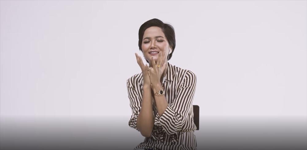 Sau 5 lần 7 lượt bày tỏ tình yêu với Sơn Tùng M-TP, Hhen Niê đã được đích thân Sếp mời nghe trước ca khúc mới-2