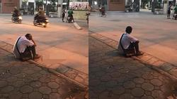 Xôn xao hình ảnh nam sinh ôm đầu lang thang ngoài đường không dám về gặp bố mẹ vì thi không tốt