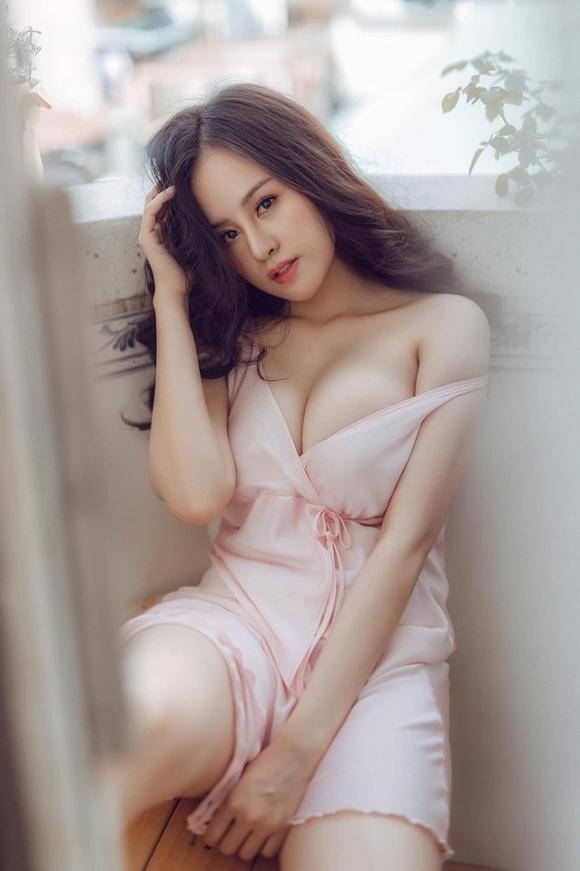 Bà Tưng nóng rẫy khoe vòng 1 đẫy đà như muốn bung khỏi chiếc váy xẻ ngực sâu hun hút-1