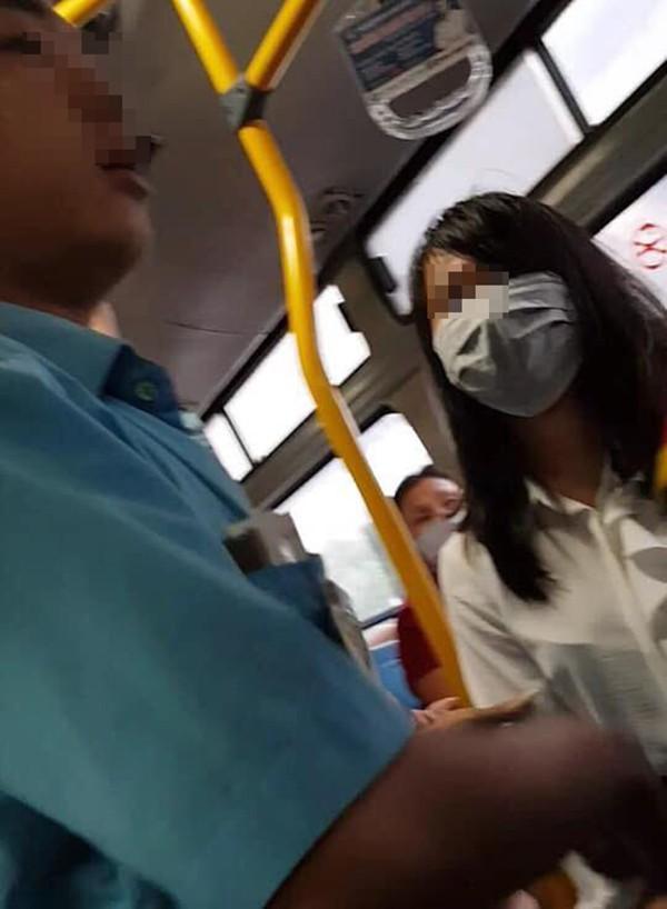 Thanh niên biến thái vạch của quý thủ dâm ngay sau lưng 2 cô gái trên xe buýt-2