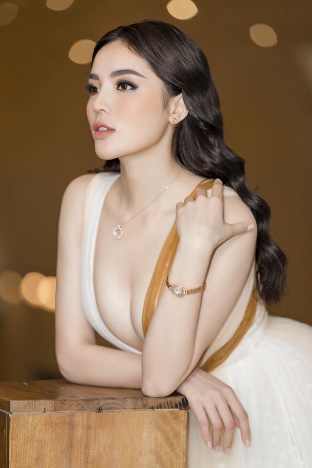 Hoa hậu Kỳ Duyên gây tranh cãi nảy lửa với bức ảnh khoe thân táo bạo nhất từ trước tới nay-10